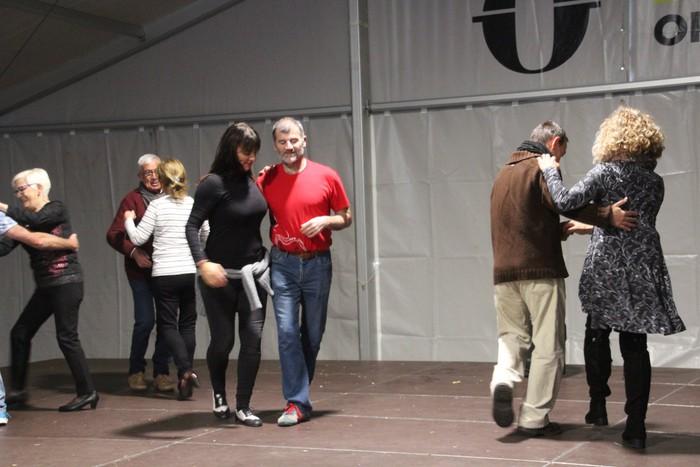 Swing doinu eta dantzek hartu zuten Foru plaza eguerdian - 5