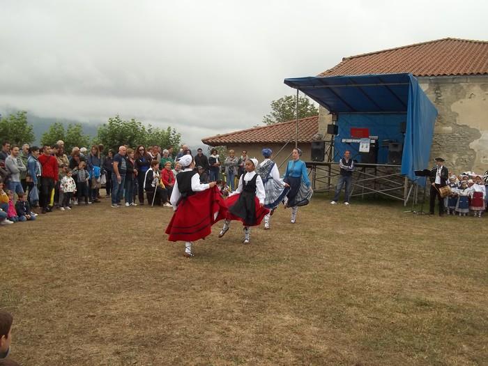 Etxaurrengo jaiak ospatu zituzten atzo baselizaren bueltan - 11
