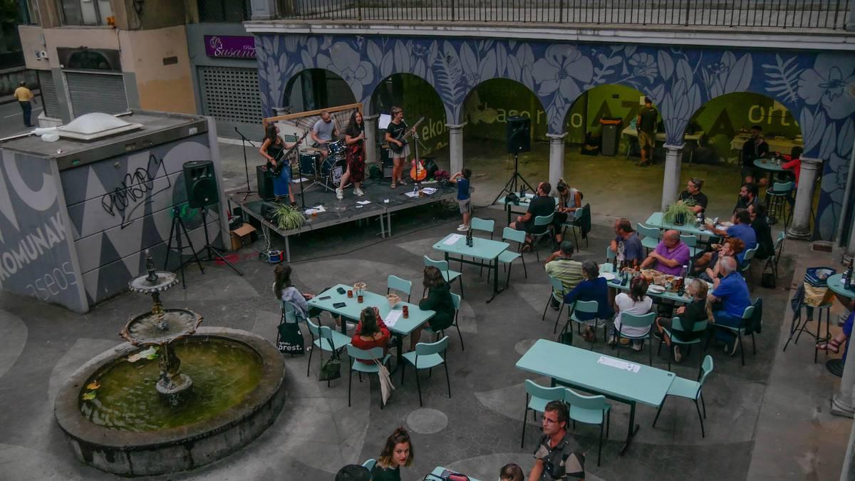 Leie Meie taldeak euskal kantez bete zuen Ekonomatuko terraza