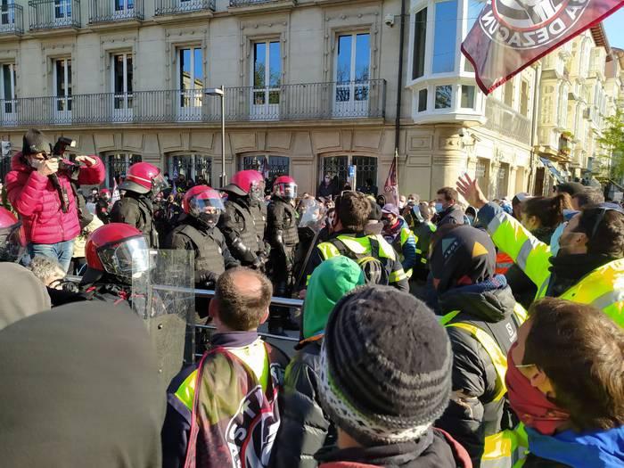Eusko Legebiltzarrera eraman dute protesta Tubacexeko grebalariek, Ertzaintzaren oldarraldien artean