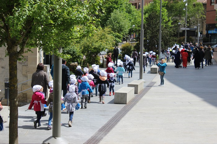 San Anton plazan egin dute umeek San Prudentzioko danborrada