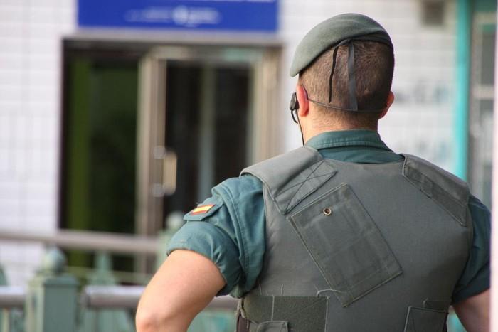 Komunitate musulmanak Guardia Zibilaren jazarpena eta burua estalia zuen pertsona baten mehatxuak salatu ditu