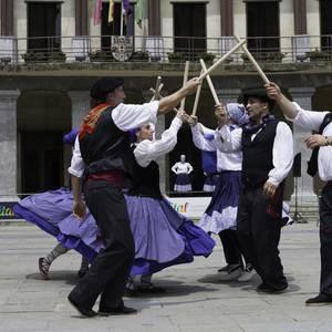 Eguzkilore dantza taldeak erakustaldia egin zuen igandean