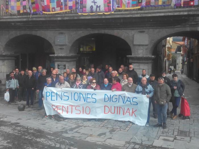 """Ehunka pentsionista atera dira plazara """"pentsio duinak"""" aldarrikatzeko - 4"""
