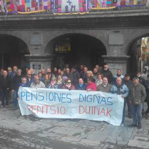 """Ehunka pentsionista atera dira plazara """"pentsio duinak"""" aldarrikatzeko"""