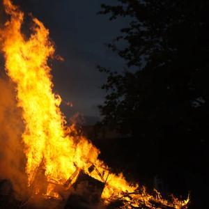 San Pedroko Jaietan piztu dute udako solstizioa ospatzeko azken sua