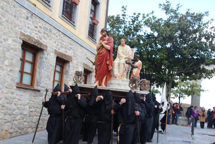 Ohitura katolikoei jarraiki, jende ugari batu da Urduñako prozesioan - 15