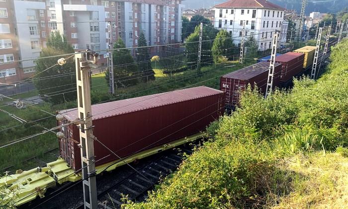 Atzerapenak daude tren zerbitzuan, tren bat bidetik atera delako