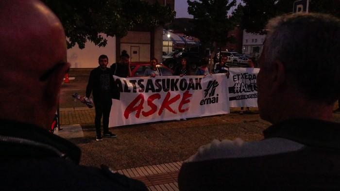 Guardia Zibilaren kuartelaren pareraino eraman dute Altsasuko gazteen aldeko aldarria - 8