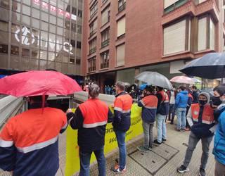 Tubos Reunidosen egoitzaren aurrean egin dute protesta gaur