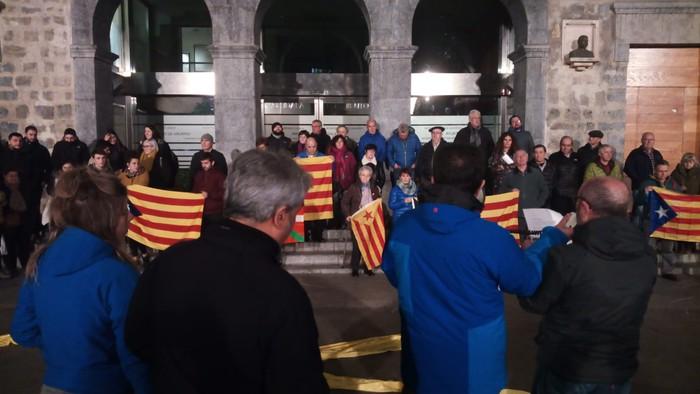 Kataluniako erreferendumagatik auziperatutako politikarien aldeko elkarretaratzea egin zuten atzo