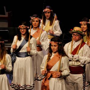 Eskualdeko ehundik gora dantzari eta musikarik koloreztatu zuten Amurrio Antzokiko oholtza