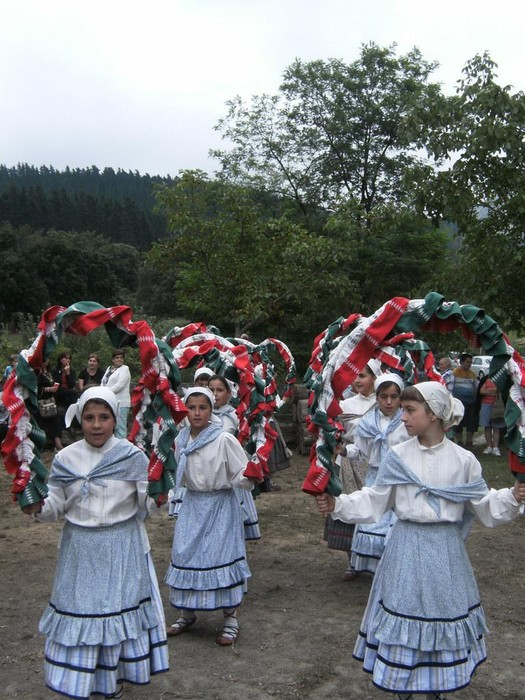Ubixeta taldeak Urigoiti auzoko San Lorentzo jaietan dantza egin dau