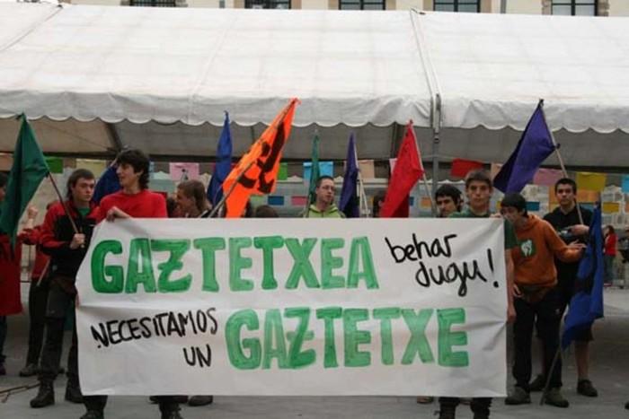 Amurrioko gazteek gau-akanpada egin dute Juan de Urrutia enparantzan lokala aldarrikatuz