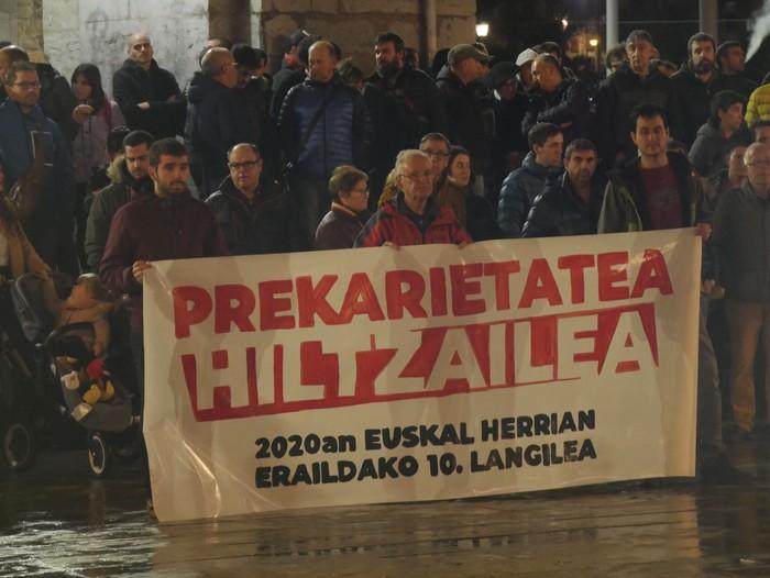 Ehunka lagun bildu dira plazan atzoko lan heriotza salatzeko - 16