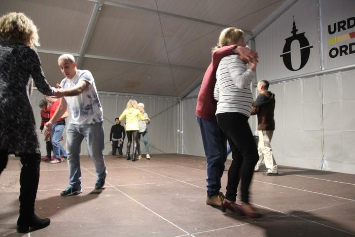 Swing doinu eta dantzek hartu zuten Foru plaza eguerdian - 3