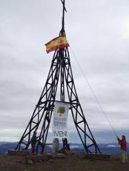 Santiago Abascalek zuzentzen duen Denaes fundazioak espainiar bandera eskegi du Gorbeiako gurutzean