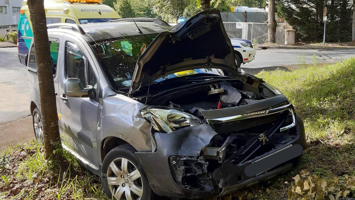 Emakume bat ospitalera eraman dute auto istripu baten ondorioz