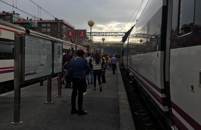 Renfeko tren zerbitzua eten dute Urduña eta Laudio artean, harrapaketa baten ondorioz pertsona bat hil delako