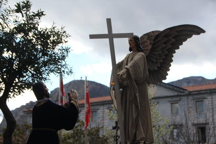 Ohitura katolikoei jarraiki, jende ugari batu da Urduñako prozesioan - 4