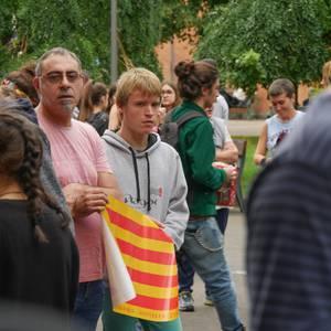 Dozenaka lagun bildu dira Kataluniako herritarrei elkartasuna adierazteko