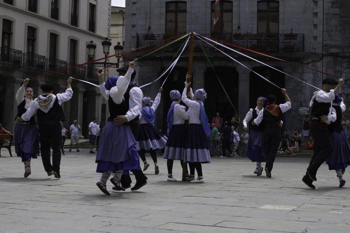 Eguzkilore dantza taldeak erakustaldia egin zuen igandean - 4