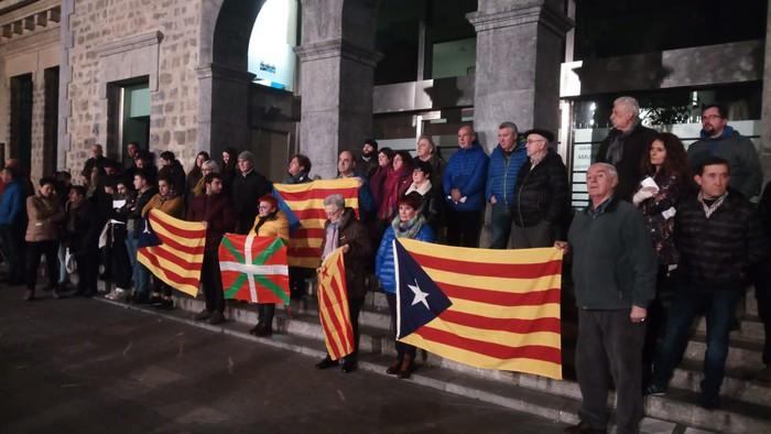Kataluniako erreferendumagatik auziperatutako politikarien aldeko elkarretaratzea egin zuten atzo - 5