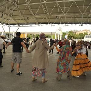 Kulturen arteko ezagutza sustatzeko hainbat herriren gastronomia eta dantzak uztartu zituzten