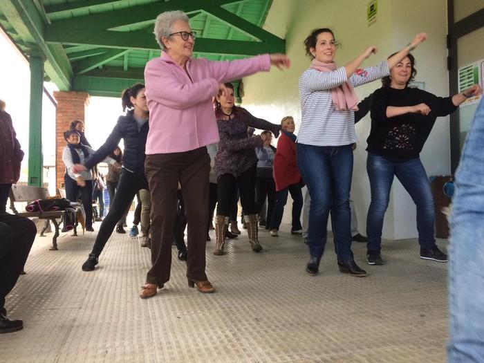 Euskaraldiaren abestiaren koreografia praktikatzen aritu dira Amurrioko AEKn - 6