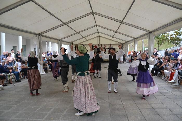 Untzueta dantza taldeak 35. urteurrena ospatu zuen atzo - 38