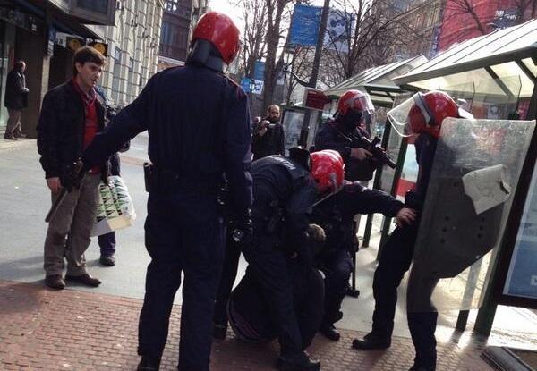 JEZ enpresako langile batzordearen idazkaria atxilotu dute Troikaren aurkako protestan