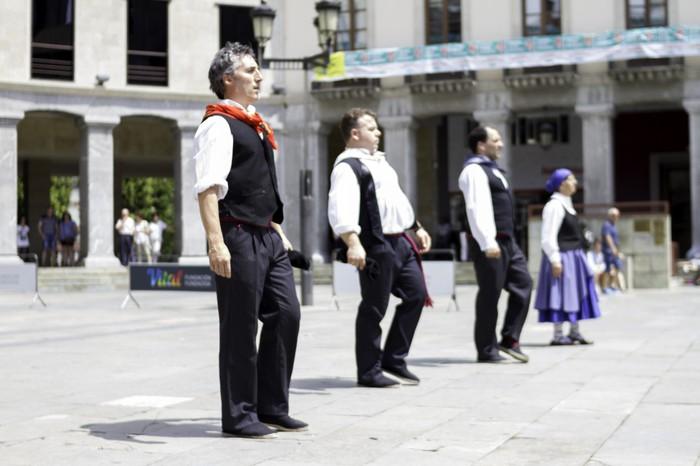 Eguzkilore dantza taldeak erakustaldia egin zuen igandean - 13