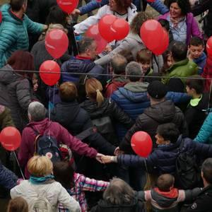 Eskualdeko Ahobiziek eta Belarriprestek bete dute herriko plaza Euskaraldiaren egun nagusian