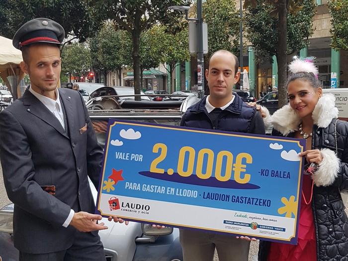Mª Jose Gavirak 2.000 euroko bonoa gastatu du Laudioko Erosketa Karruselaren II. edizioan