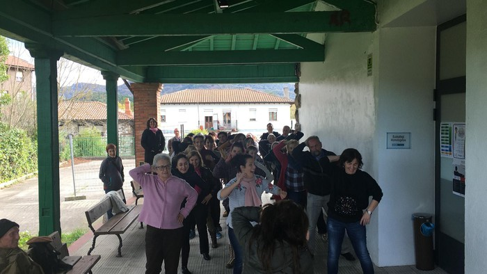 Euskaraldiaren abestiaren koreografia praktikatzen aritu dira Amurrioko AEKn - 3