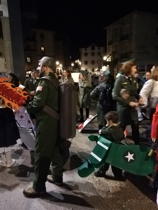 Estralurtarrek ere ez zuten galdu atzo Aratusteen desfilea Artziniegan - 19