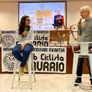 Lourdes Oyarbide Movistarreko txirrindulariak solasaldia eskaini zuen ostiralean Amurrion