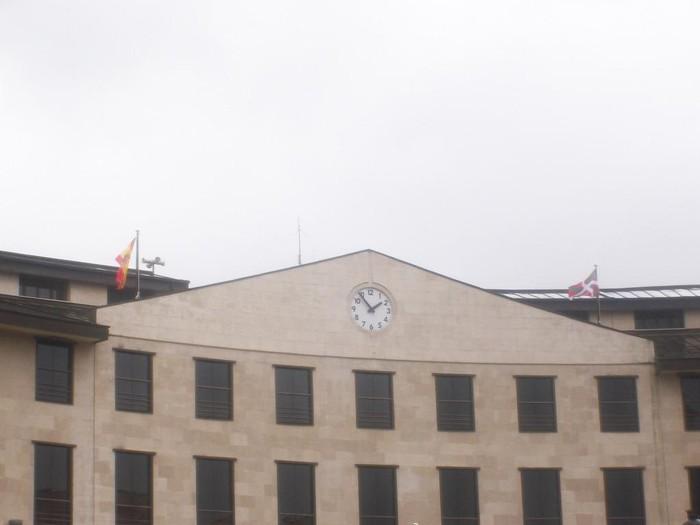 Espainiako bandera jarri dute Laudioko Udaletxean