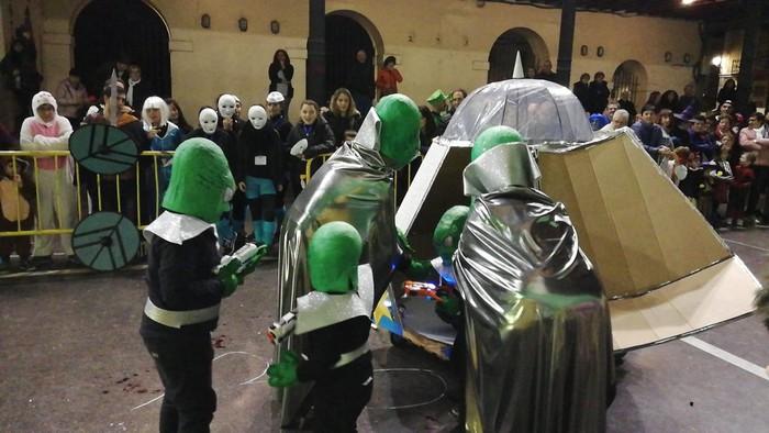 Estralurtarrek ere ez zuten galdu atzo Aratusteen desfilea Artziniegan - 6