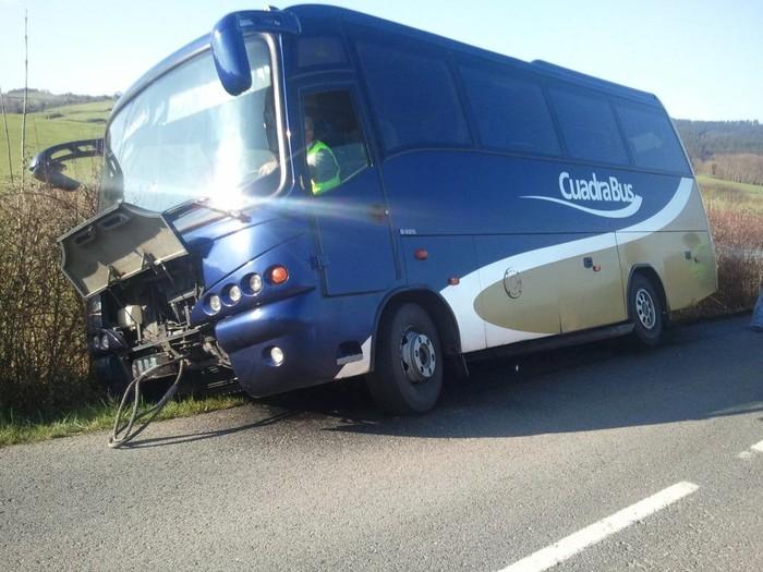Ikasleak garraiatzen dituen autobusak istripua izan ondoren EAJk errepidea konpontzeko eskaera berretsi du