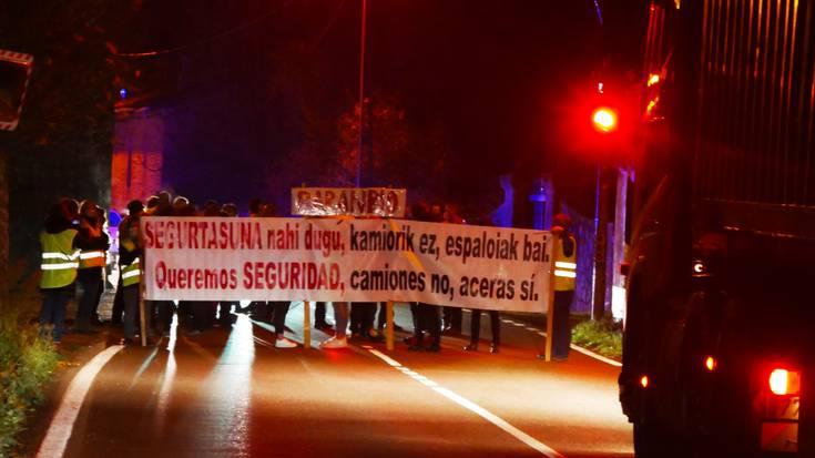 Baranbioko Administrazio Batzarrak trafikoa eten du goizean, kamioiak autopistatik desbideratu ditzaten