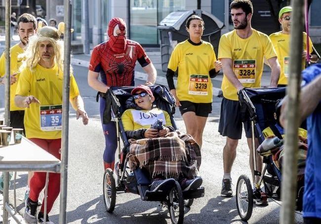 Abel Fernandez eta Ustaritz Zabalondo ataxia telangiectasia duten umeekin egon ziren Martín Fiz maratoian