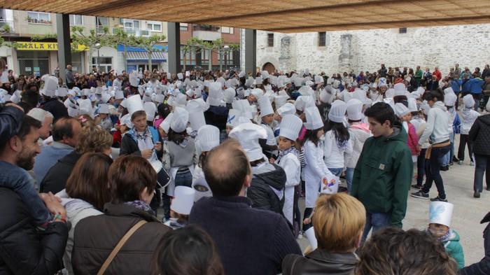San Anton plazan egin dute umeek San Prudentzioko danborrada - 3