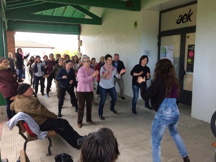 Euskaraldiaren abestiaren koreografia praktikatzen aritu dira Amurrioko AEKn - 13