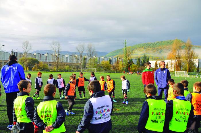 6-7 urteko haurrak, igandero futbol bidez euskara praktikatzen