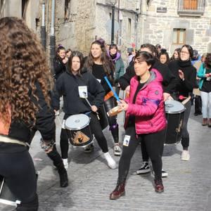 Dantza eta musika baliatu dituzte Artziniegan emakumeek aldarriak zabaltzeko