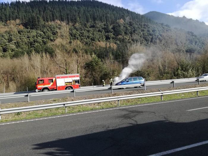 Auto batek su hartu du Orozkon, AP-68 errepidean