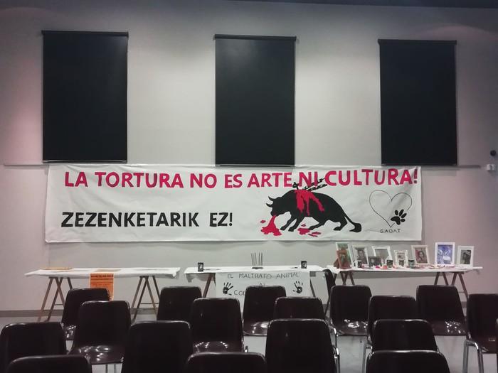 Egun bete ekintza egin dute zezenketen aurka Urduñan - 13