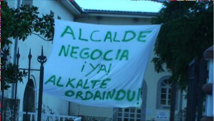 Urduñako egoitzako langileak soldaten alde mobilizazioan