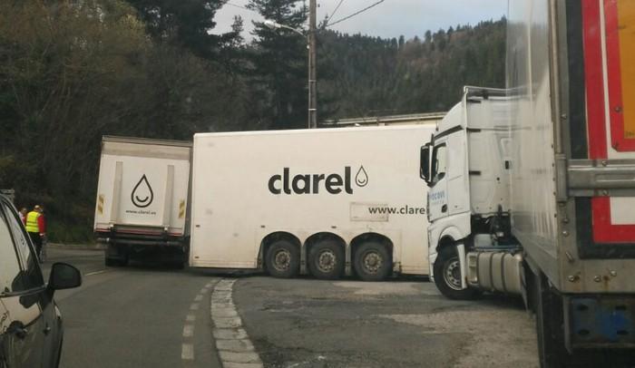 Errepidea moztu du kamioi batek, matxura baten ondorioz
